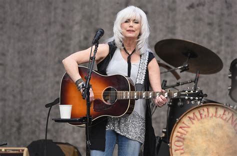Biography of Country Legend Emmylou Harris